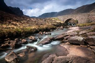 Stream flowing under remote aqueduct, Scotlandの写真素材 [FYI02699204]