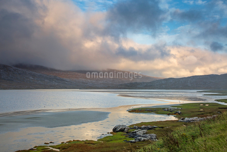 Clouds over mountains and tranquil water, Seilebost, Harris, Outer Hebridesの写真素材 [FYI02699206]