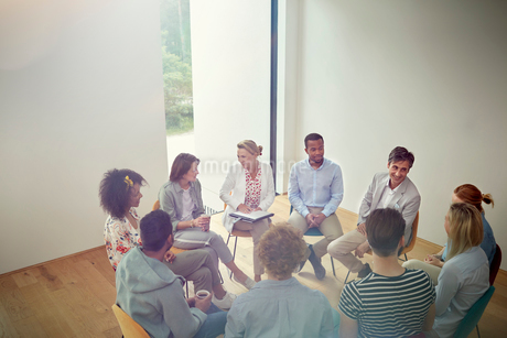 People talking in a circle in group therapy sessionの写真素材 [FYI02699208]