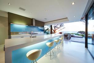 Modern luxury home showcase kitchenの写真素材 [FYI02699243]