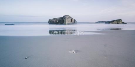 Ruins in tranquil ocean at low tide, Vigsoe, Denmarkの写真素材 [FYI02699321]