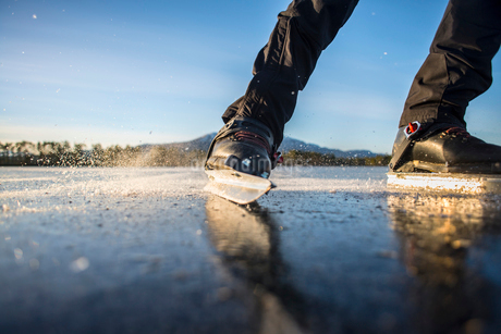 Sweden, Jamtland, Valadalen, Ottosjon, Low-section of mature man ice-skatingの写真素材 [FYI02699566]