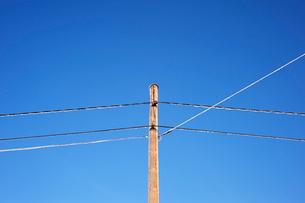 Sweden, Dalarna, Rattvik, Power line against blue skyの写真素材 [FYI02699583]