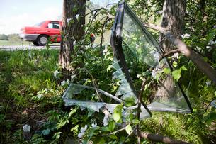 Sweden, Vastergotland, Broken car window at roadsideの写真素材 [FYI02699608]