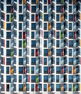 Flemingsberg, Sodermanland, Sweden, Facade of modern apartmeの写真素材 [FYI02699642]
