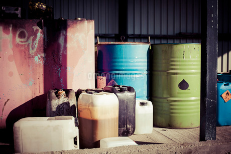 Drums and cans outdoorsの写真素材 [FYI02699670]