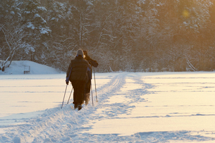 Sweden, Uppland, Lidingo, People walking in snowの写真素材 [FYI02699694]