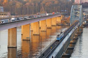 Sweden, Uppland, Lidingo, Morning traffic on bridgesの写真素材 [FYI02699769]