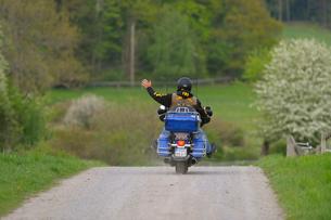 Sweden, Uppland, Lidingo, Man on motorcycleの写真素材 [FYI02699843]