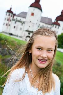 Sweden, Vastra Gotaland, Kallandso, Portrait of girl (12-13)の写真素材 [FYI02699945]