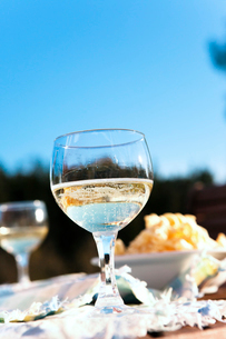Sweden, Uppland, Loparo, Drink in glass on outdoor tableの写真素材 [FYI02699960]