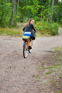 Sweden, Vastra Gotaland, Kallandso, Teenage girl (16-17) bikの写真素材 [FYI02699988]