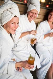 Sweden, Stockholm, Nacka, Terrassvagen 1, Women relaxing in saunaの写真素材 [FYI02700000]