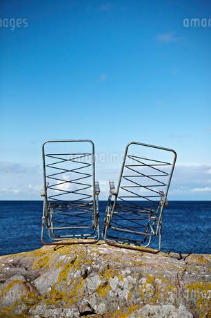 Sweden, Sodermanland, Landsort, Two damaged deck chairs on rの写真素材 [FYI02700049]