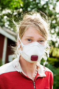 Sweden, Halland, Steninge, Portrait of farmer wearing protective maskの写真素材 [FYI02700074]