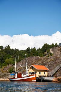 Sweden, Bohuslan, Tjorn, idyllic scene with boat moored nearの写真素材 [FYI02700087]