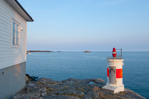 Sweden, Sodermanland, Femore, Small lighthouse on sea shoreの写真素材 [FYI02700090]