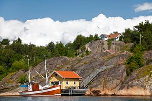 Sweden, Bohuslan, Tjorn, idyllic scene with boat moored nearの写真素材 [FYI02700121]