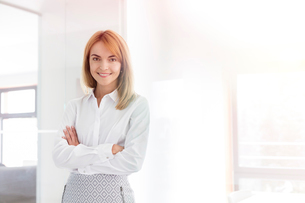 Portrait confident businesswoman in officeの写真素材 [FYI02700196]