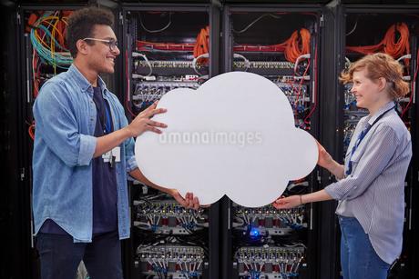 IT technicians holding cloud in server room, cloud computingの写真素材 [FYI02700240]