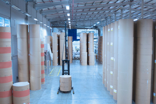 Wrapped spools of paper stacked in printing plant warehouseの写真素材 [FYI02700270]