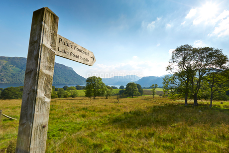 Wooden public footpath signpost in rural Lake District, Ullswater, Englandの写真素材 [FYI02700288]