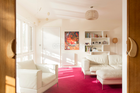 Sunny living room with white leather furnitureの写真素材 [FYI02700329]