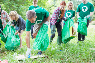 Environmentalist volunteers picking up trashの写真素材 [FYI02700381]