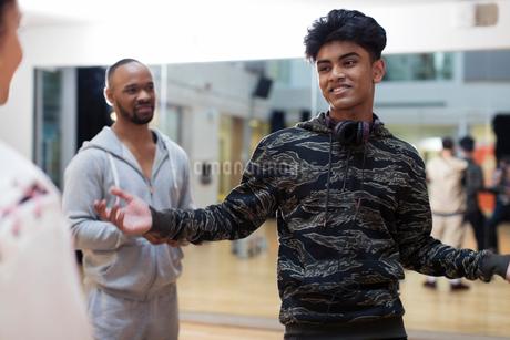 Confident, cool teenage boy in dance class studioの写真素材 [FYI02700382]