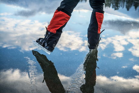 Sweden, Jamtland, Valadalen, Ottosjon, Low-section of mature man ice-skatingの写真素材 [FYI02700508]