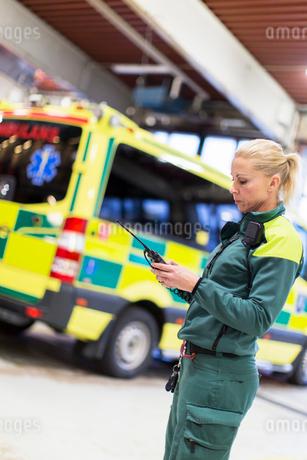 Sweden, Sodermanland, Tumba, Paramedic using walkie-talkieの写真素材 [FYI02700583]