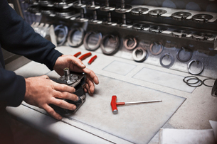Worker assembling part in steel factoryの写真素材 [FYI02700586]