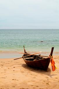 Thailand, Koh Lanta, Boat on beachの写真素材 [FYI02700620]