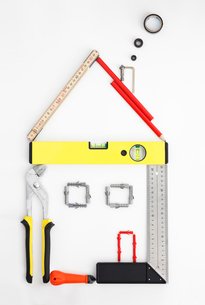 Work tools arranged in shape of houseの写真素材 [FYI02700626]