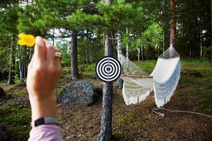 Sweden, Dalarna, Mature woman playing darts outdoorsの写真素材 [FYI02700637]