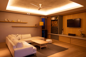 Illuminated tray ceiling over home showcase living roomの写真素材 [FYI02700705]