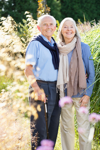 Older couple standing together outdoorsの写真素材 [FYI02700923]