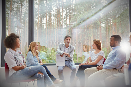 Therapist leading group therapy sessionの写真素材 [FYI02700930]