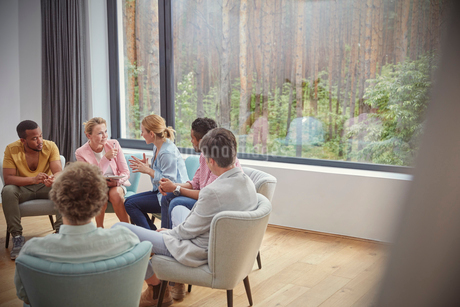 Women talking in group therapy sessionの写真素材 [FYI02700952]