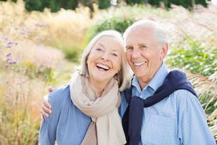 Older couple hugging outdoorsの写真素材 [FYI02701002]