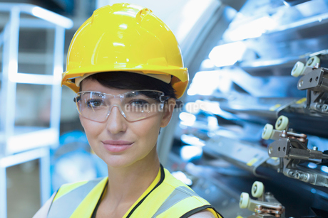 Close up portrait female confident worker in hard-hat and protective eyewearの写真素材 [FYI02701015]
