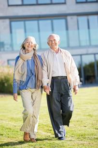 Older couple walking outdoorsの写真素材 [FYI02701047]
