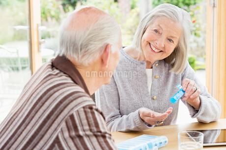 Caucasian couple organizing pillsの写真素材 [FYI02701084]