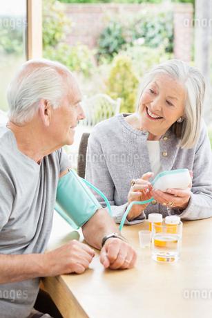Older woman testing husband's blood pressureの写真素材 [FYI02701088]