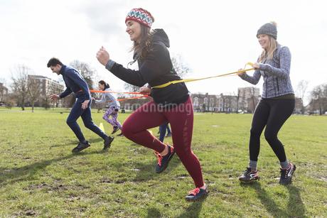 Women exercising, doing team building exercise in parkの写真素材 [FYI02701105]
