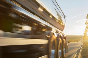 Stainless steel milk tanker on the roadの写真素材 [FYI02701155]