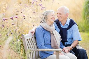 Older couple relaxing on park benchの写真素材 [FYI02701160]