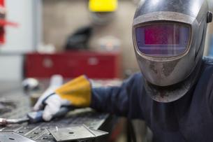 Portrait of welder in welding helmet in steel factoryの写真素材 [FYI02701180]