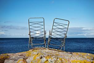Sweden, Sodermanland, Landsort, Two damaged deck chairs on rの写真素材 [FYI02701229]