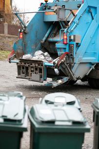 Sweden, Vastergotland, Goteborg, Garbage truck with garbageの写真素材 [FYI02701264]